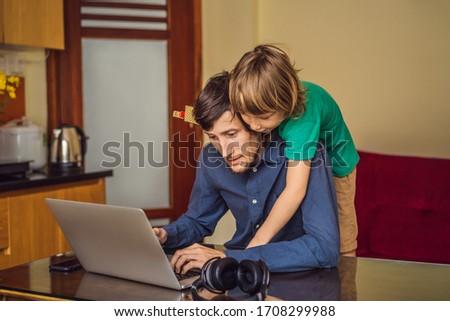 Homem trabalhar em casa epidemia filho casa Foto stock © galitskaya