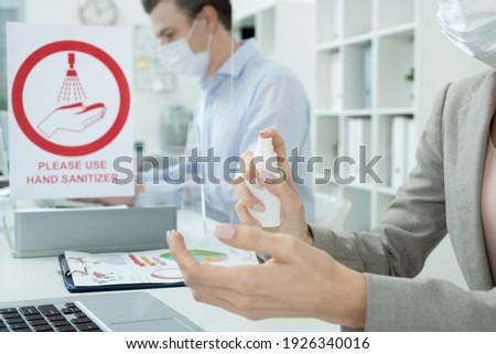 zakenvrouw · wijzend · palm · witte · business - stockfoto © wavebreak_media