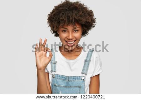 souriant · adolescent · signe · blanche - photo stock © wavebreak_media