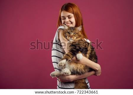 Fiatal nő tart gyönyörű macska csukott szemmel nyugodt Stock fotó © HASLOO