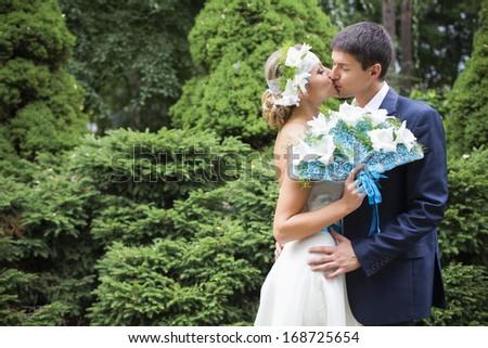 Belo noiva vestido de noiva branco guarda-chuva buquê Foto stock © Victoria_Andreas