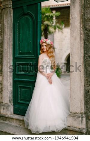 Сток-фото: очаровательный · невеста · закрывается · венок · букет