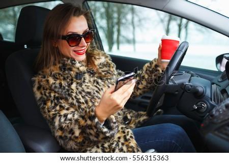 Mooie vrouw pels rode lippen smartphone auto winter Stockfoto © vlad_star