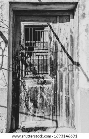 homlokzat · öreg · elpusztított · ház · törött · ablakok - stock fotó © ankarb
