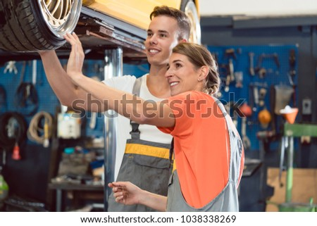 Dévoué mécanicien travail modernes automobile réparation Photo stock © Kzenon