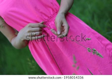 Dromerig meisje groene jurk been Stockfoto © feedough