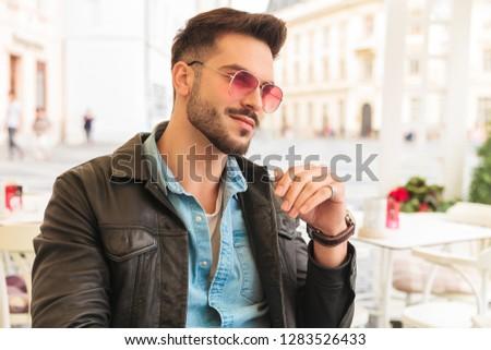 портрет любопытный улыбаясь моде человека сидят Сток-фото © feedough