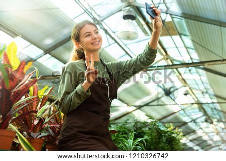 Imagem morena mulher jardineiro 20s Foto stock © deandrobot
