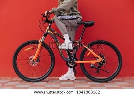 atleta · bicicleta · sorridente · capacete · equitação · verão - foto stock © deandrobot