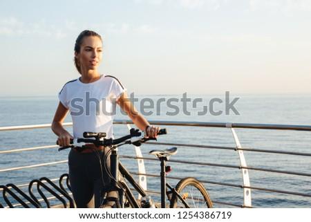 jóvenes · mujer · atractiva · pie · mar · tomar · el · sol · playa - foto stock © deandrobot