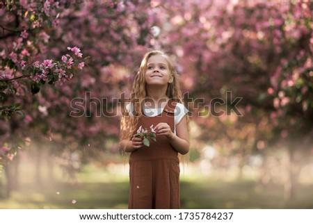 zorgeloos · lopen · appelboomgaard · meisje · blond - stockfoto © ElenaBatkova