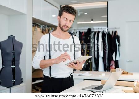 Jonge creatieve mode ontwerper touchpad net Stockfoto © pressmaster