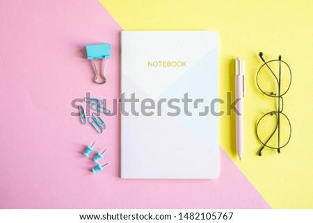 Vários clipe caderno caneta óculos rosa Foto stock © pressmaster