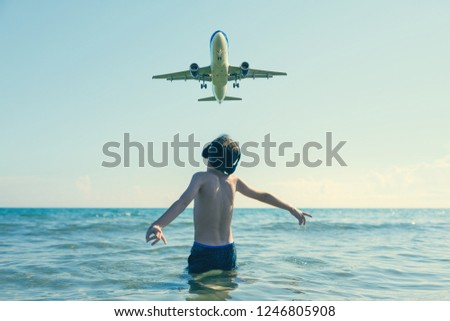 Jongen hoofdtelefoon kijken luisteren vlucht entertainment Stockfoto © galitskaya