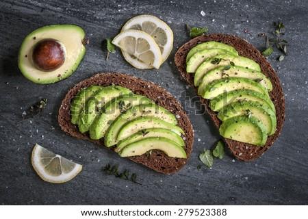 Abacate sanduíche escuro centeio pão fresco Foto stock © galitskaya