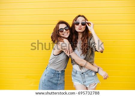 retrato · dos · jóvenes · feliz · mujeres · amigos - foto stock © boggy