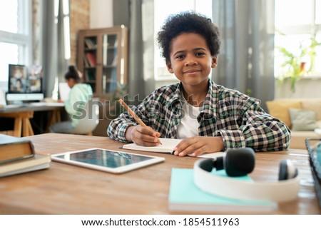Aranyos iskolás fiú tabletta néz ül osztálytárs Stock fotó © pressmaster