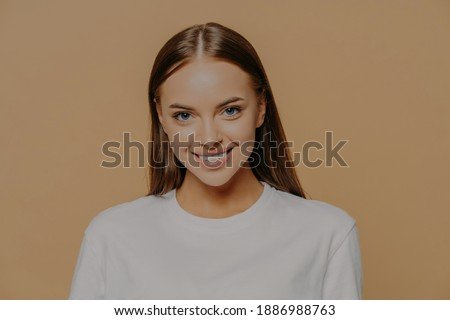 Foto aantrekkelijk europese jonge vrouw zacht glimlach Stockfoto © vkstudio