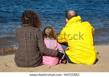 Rodziny trzy osoby posiedzenia piasku rzeki banku Zdjęcia stock © Paha_L