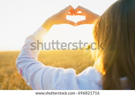 nő · sétál · búzamező · gyönyörű · szőke · nő · nők - stock fotó © vlad_star