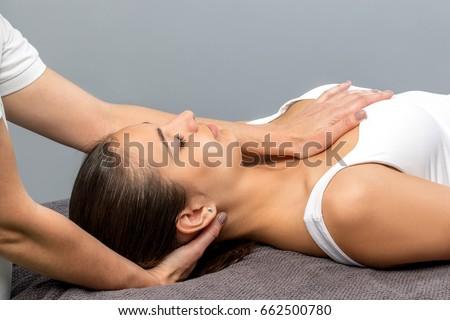 Primo piano mano femminile paziente prescrizione stampata Foto d'archivio © Kzenon