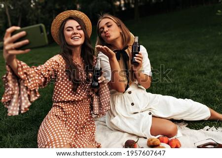 Heureux jeunes amis soude potable Photo stock © deandrobot