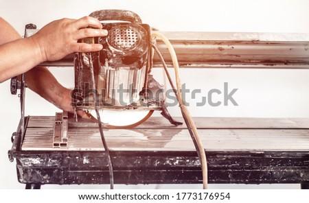 Mann · Rundschreiben · sah · Baustelle · Holz · Arbeit - stock foto © feverpitch