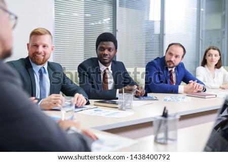 Verscheidene multiculturele luisteren coach discussie Stockfoto © pressmaster