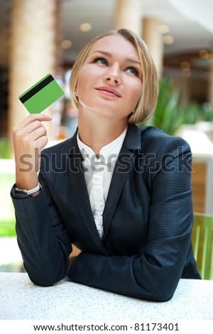 Mooie jonge kantoormedewerker naar creditcard Stockfoto © pressmaster