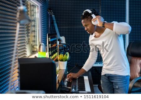 Jóvenes grave casual hombre auriculares pie Foto stock © pressmaster