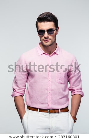 Man roze shirt naar camera hemel Stockfoto © feedough