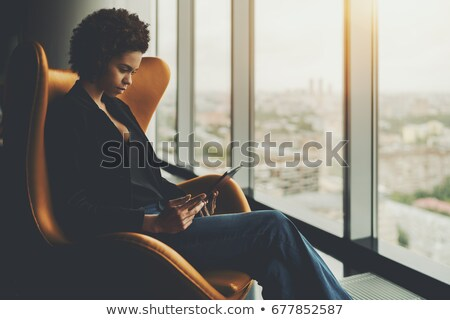 Empresárias sessão poltrona conversa escritório mulher Foto stock © wavebreak_media