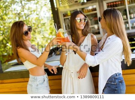 Trei destul de femeile tinere potabilă plajă bar Imagine de stoc © boggy