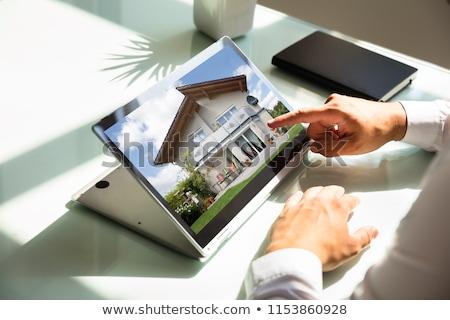 Férfi keres ingatlan online mobiltelefon számítógép Stock fotó © AndreyPopov