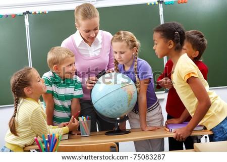 schoolmeisje · naar · wereldbol · klas · school · meisje - stockfoto © wavebreak_media