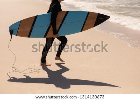 низкий старший женщины Surfer ходьбе Сток-фото © wavebreak_media