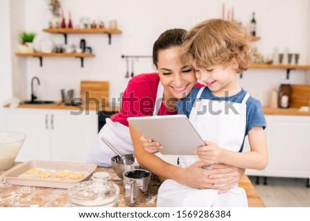 Adorable garçon touchpad heureux maman Photo stock © pressmaster