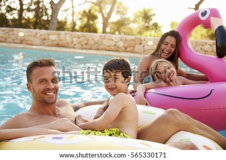 Fivér lánytestvér szórakozás medence felfújható körök Stock fotó © galitskaya