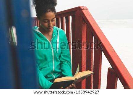 Frente vista hermosa jóvenes mujer lectura Foto stock © wavebreak_media