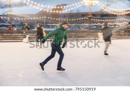 Alegre barbudo homem patinação gelo anel Foto stock © vkstudio