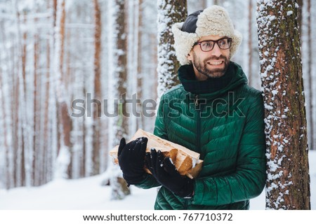 Szakállas fiatal férfi meleg kalap zöld Stock fotó © vkstudio