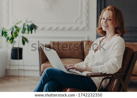 Jovem hábil mulher escritor texto novo Foto stock © vkstudio