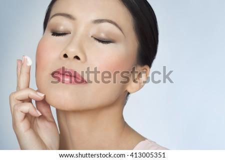 Kép gyönyörű ázsiai nő pózol csukott szemmel Stock fotó © deandrobot