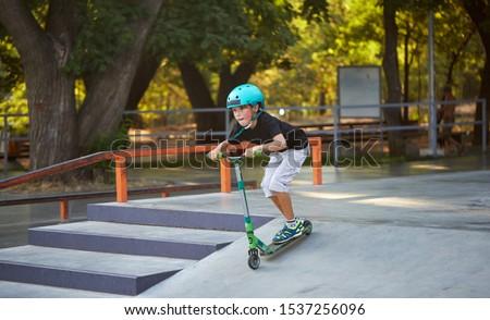 Stock fotó: Fiú · moped · korcsolya · park · ugrik · gerincoszlop