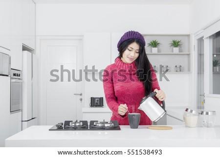 portret · uśmiechnięty · młoda · kobieta · ciepłej · wody · butelki · szczęśliwy - zdjęcia stock © monkey_business
