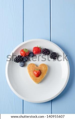 Cuore pancake frutta sopra blu Foto d'archivio © frannyanne