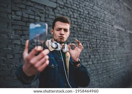 Gelukkig man buitenshuis mobiele telefoon okay Stockfoto © deandrobot