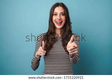 Aranyos vicces fiatal gyönyörű nő izolált kék Stock fotó © deandrobot