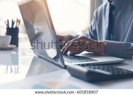 Iş adamı çalışma belge dizüstü bilgisayar ofis sabah Stok fotoğraf © Freedomz