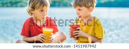 Twee jongens drinken gezonde achtergrond palmbomen Stockfoto © galitskaya